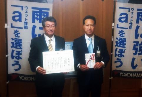 西川将人旭川市長とヨコハマタイヤジャパン北海道カンパニー谷口浩二社長(左)