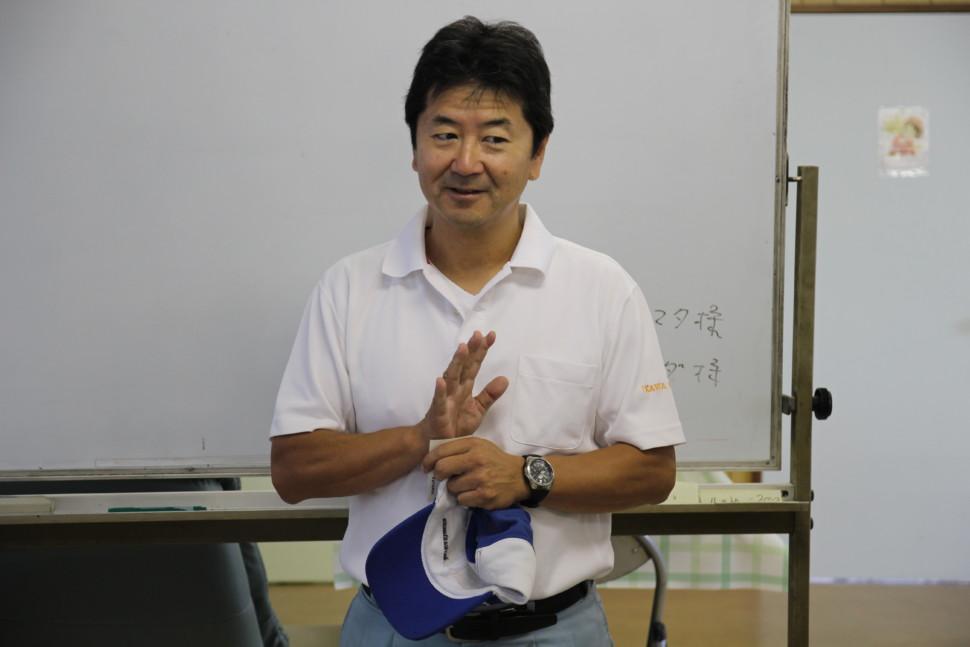 今回の趣旨を述べる右川社長
