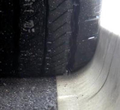 縁石とタイヤの接触部
