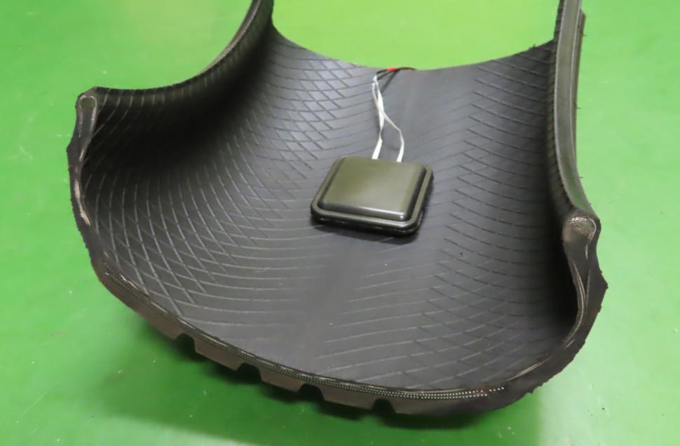 タイヤ内側に取り付けた発電デバイス
