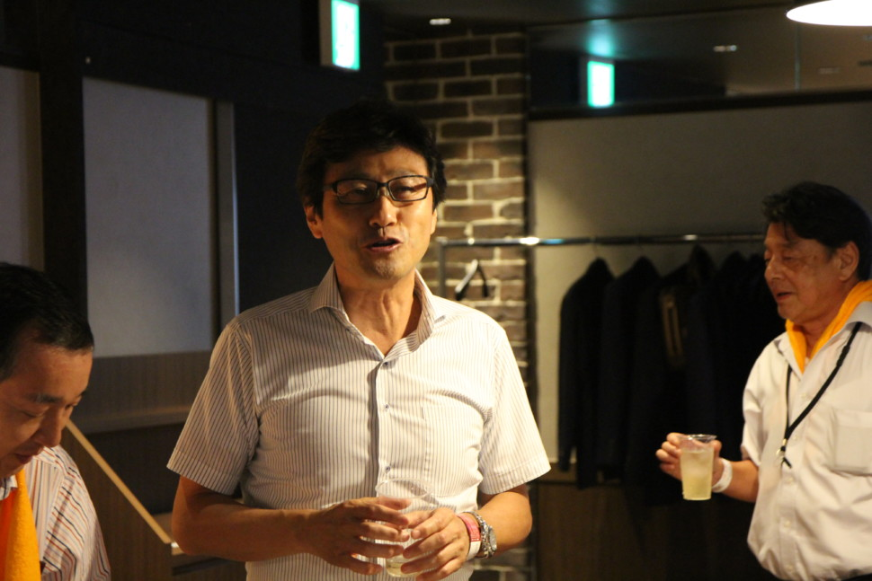 乾杯のあいさつをする堀田会長