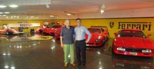 左から個人所有のフェラーリ14台を持つロドルフォコメリオ社の会長と加藤