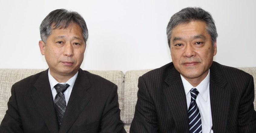 ゴムエラストマー事業部・生産技術部長の水島清晴執行役員(右)・G技術本部・材料技術部の川治信介部長(左)
