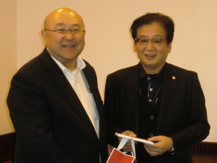 右・優勝の森氏、左・西山正晃社長