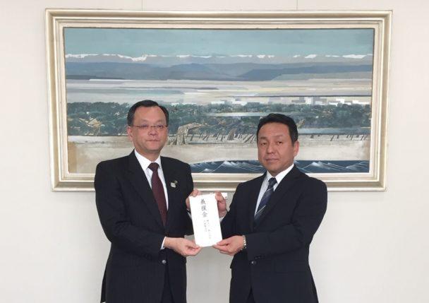 落合克宏平塚市長(写真左)と横浜ゴム中村亨平塚製造所長