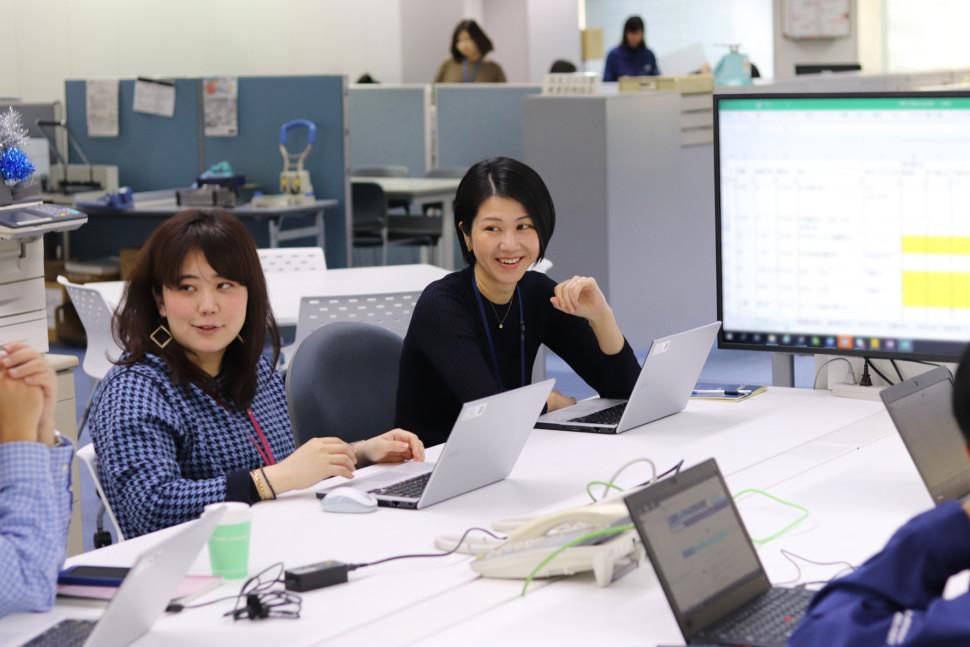 女性社員が活躍する部署の様子