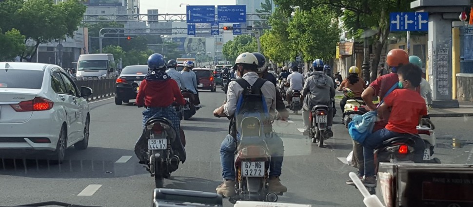 ホーチミン市内をバイクの後ろに乗り観光