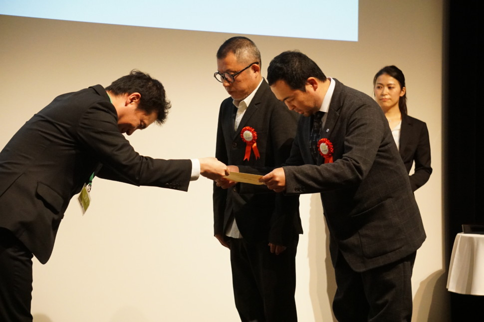 テーマ賞を受賞した平井社長(右)