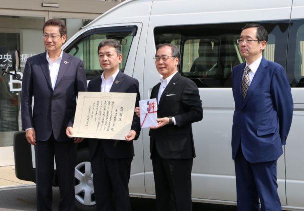 左から同社藤田執行役員、小山副社長、名古屋大学松尾総長、名古屋大学附属病院小寺病院長