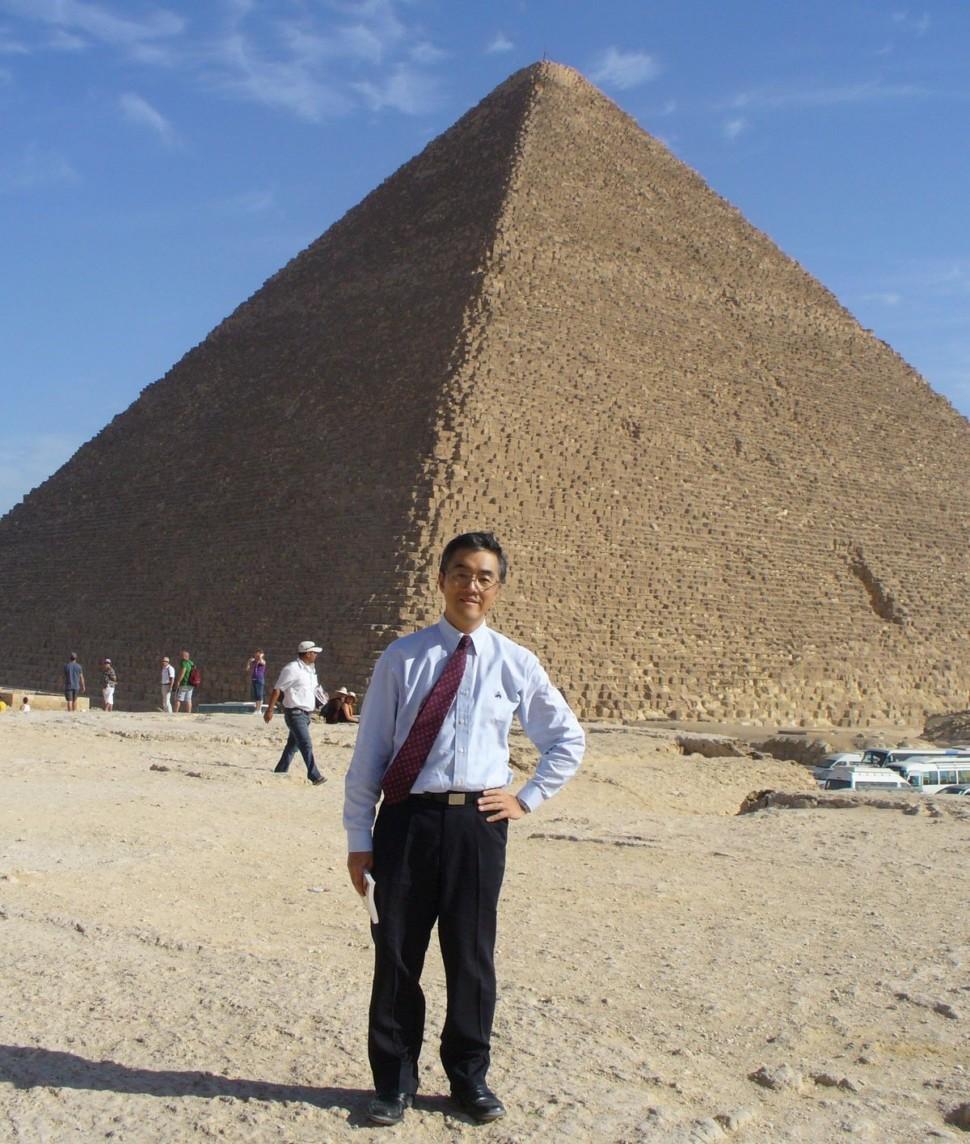 カイロのピラミッドの前で