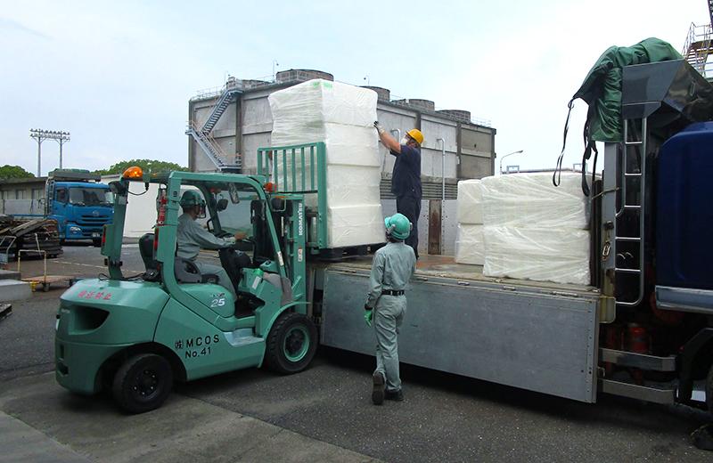 岩国大竹工場での支援物資積み込み