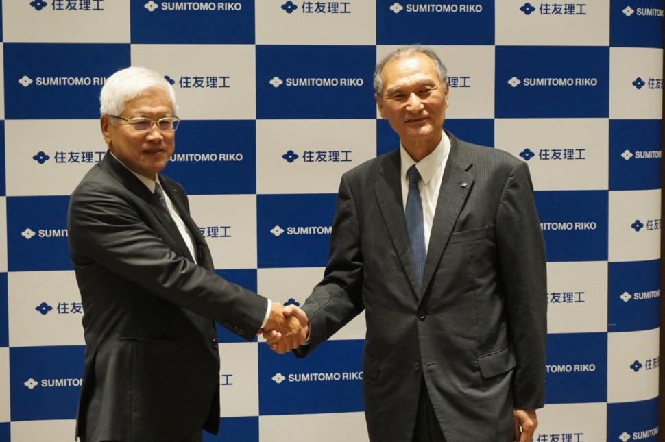 握手をする松井会長と清水社長
