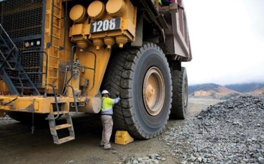 超大型ダンプ車両に装着されたORタイヤ