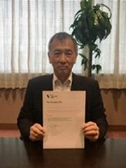 署名文書を持つ森川同社社長