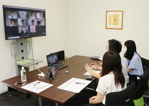 オンラインで仕事内容を紹介する技術者