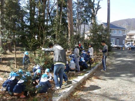 新城工場周辺での植樹活動の様子