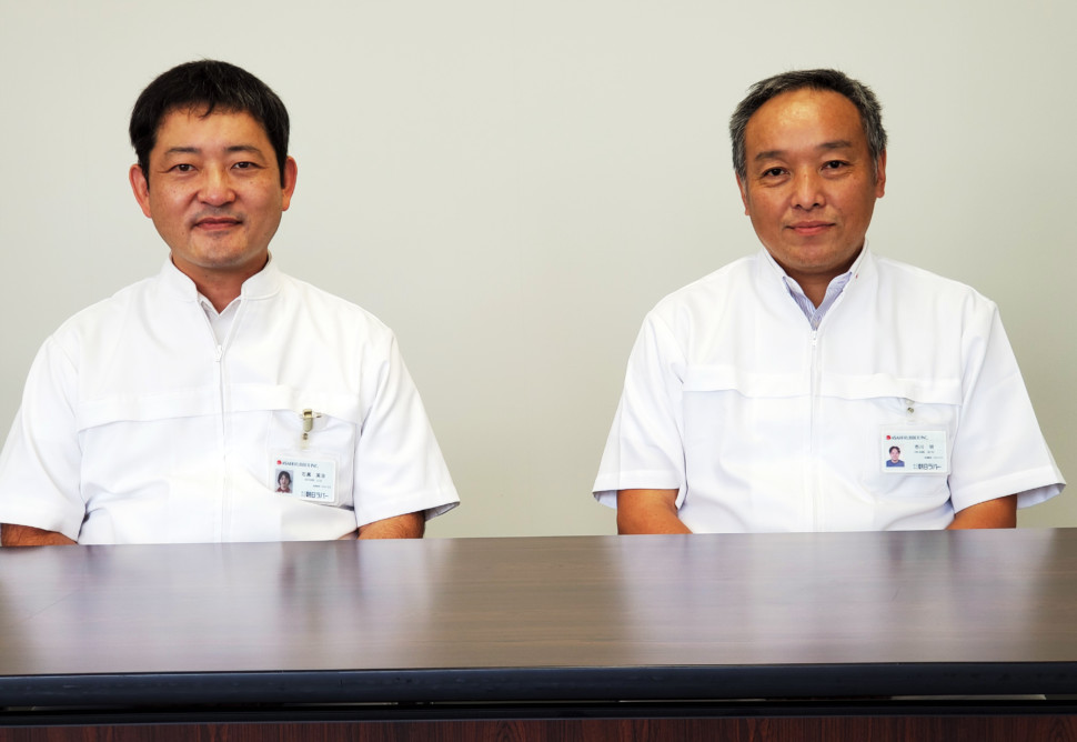 右は市川工場長、左が石黒グループ長