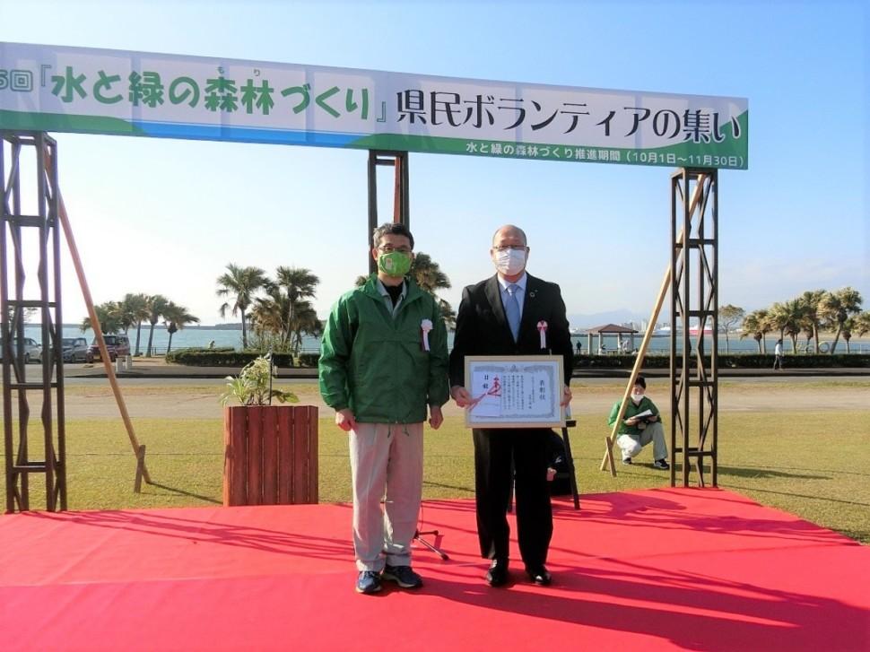 河野宮崎県知事(左)から表彰状を授与される石田工場長