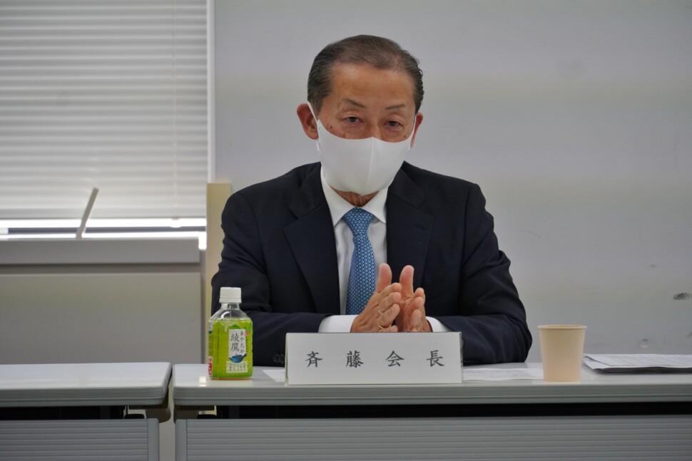 会見に臨む斉藤会長
