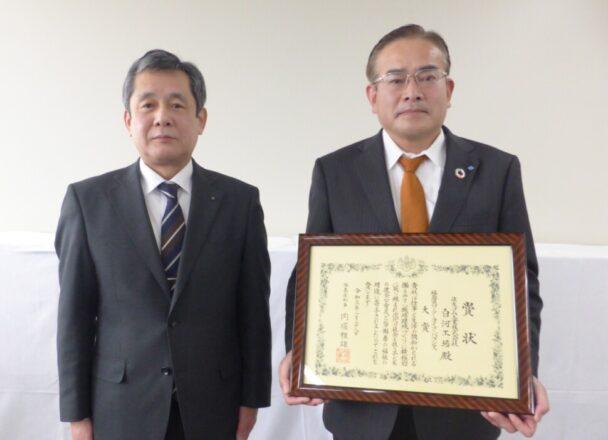 表彰状を授与される面川工場長(右)