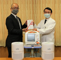 一宮市民病院の松浦院長(右)と同社羽賀総務部長