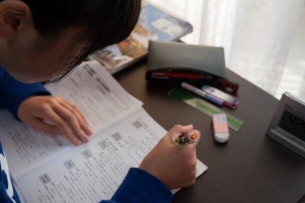 クーポンを活用して学習する児童