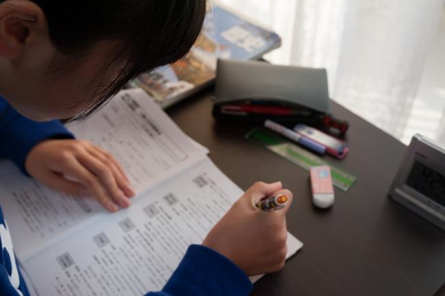 「スタディクーポン」を活用して学習する児童