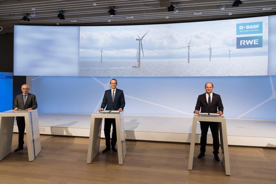 (左から)ミハエル・バシリアディスIG BCE委員長、マーカス・クレバーRWE社CEO、マーティン・ブルーダーミュラーBASF取締役会会長