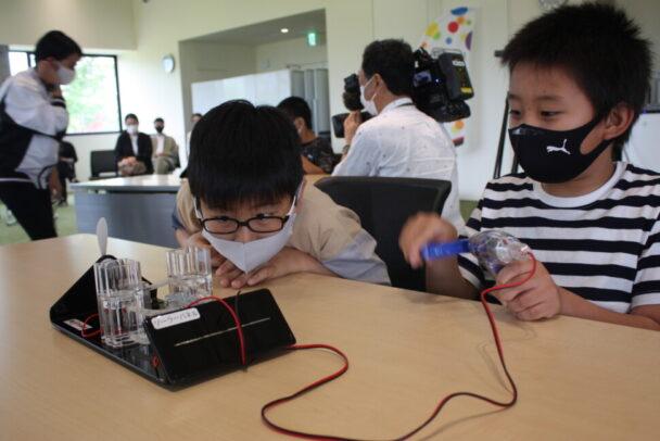 燃料電池の仕組みを学ぶ参加者の様子①