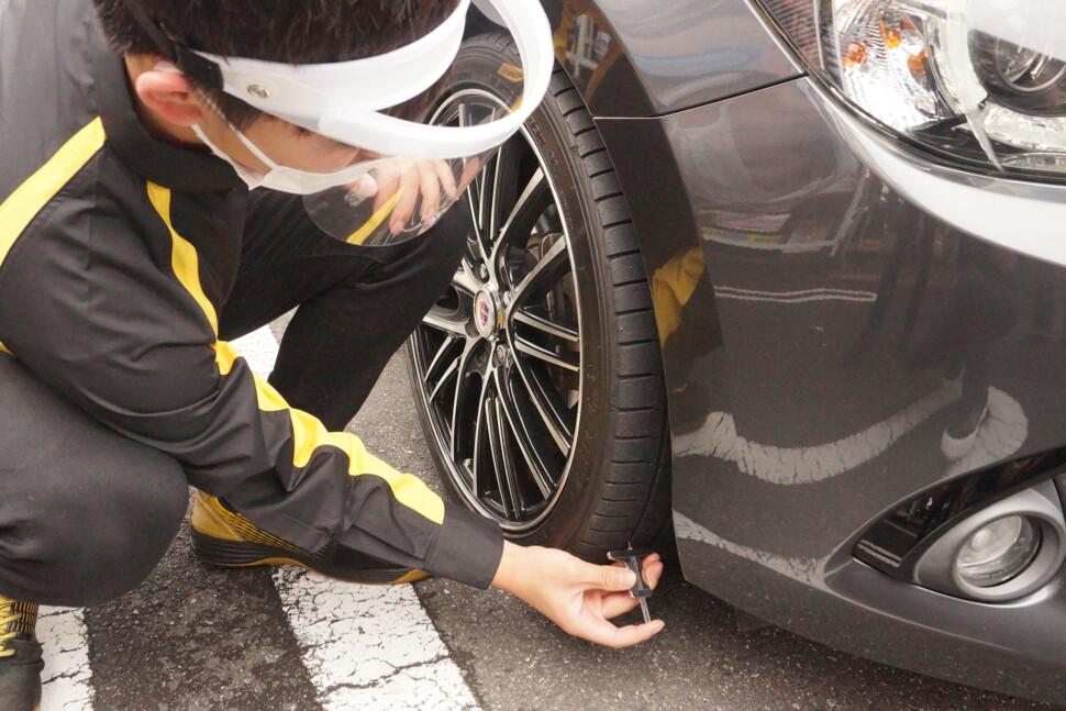 タイヤ点検の様子