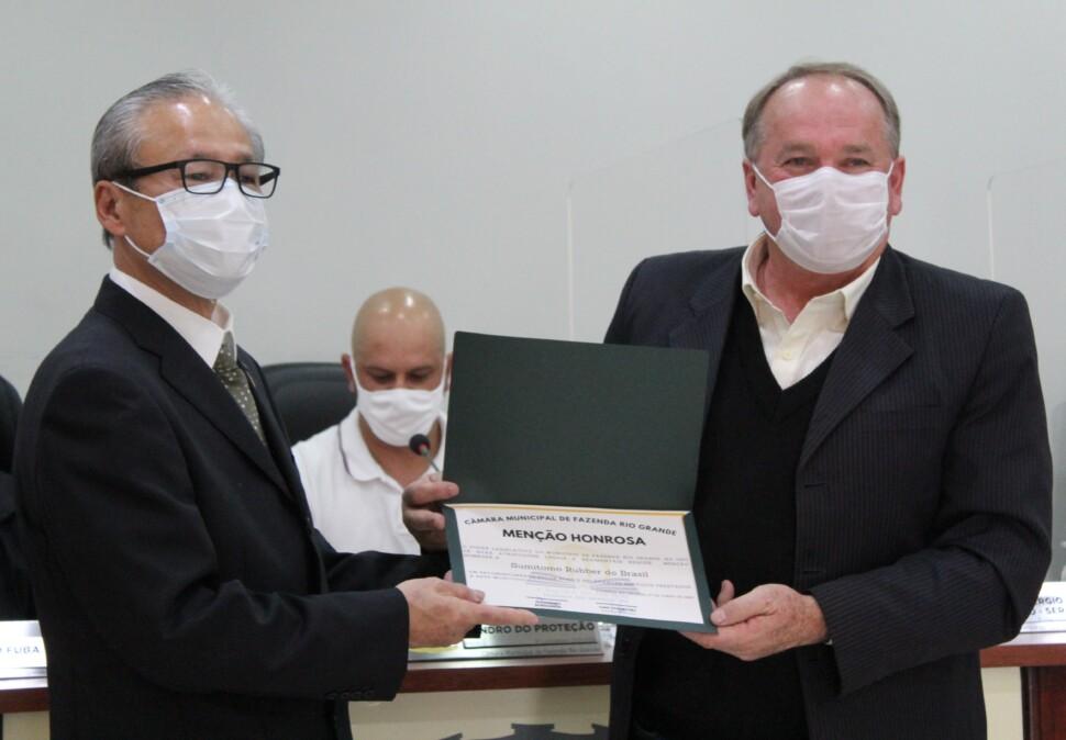 「名誉賞」を受けるスミトモラバードブラジルの脇谷社長(左)