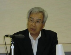 記者発表する中倉社長