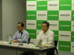 左・記者会見する荒川社長、右・江藤執行役員