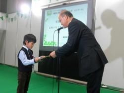 表彰を受ける野渕裕也さんと当社森川安全環境管理部長