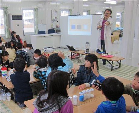 「東松山市サルビア2放課後児童クラブ」での子ども化学実験ショーの様子