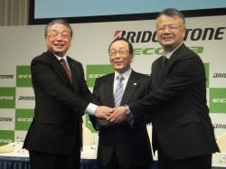 会見後、握手する(左から)津谷正明氏、荒川詔四氏、西海和久氏
