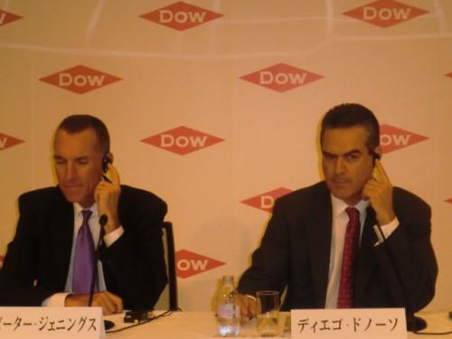 記者会見する(左)ピーター・ジェニングス社長、(右)本社サーモセット事業部門副社長 ディエゴ・ドノーソ氏