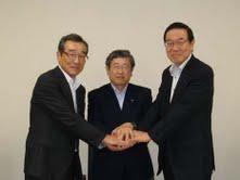 左から東海化成中島社長、トヨタ紡織豊田社長、東海ゴム西村社長